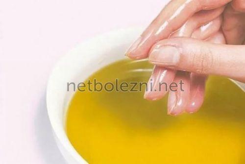 В масляный раствор погружают руки