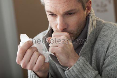У мужчины наблюдается сильный кашель
