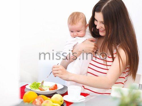 Женщина с ребенком кушает